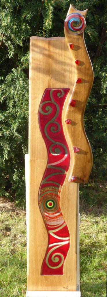 Eichenholzstele Nr. 16 mit Fusingglaswelle in rot und Glasnugget