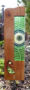 kleine Eichenstele Nr. 28 mit Fusingglas in grün-blau